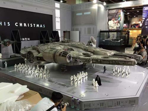Hot-Toys-Millennium-Falcon-Full-Preview-4